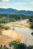 水牛牧群做在泥的脚印在一条清楚的河在Phong Nha Ke轰隆国家公园  免版税库存照片