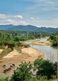 水牛牧群在一条清楚的河在Phong Nha Ke轰隆国家公园,越南 在的大山 免版税图库摄影
