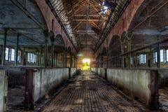 牛的被放弃的牛栏设备在德国屠宰场Rosenau 库存图片