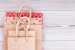 牛皮纸与拷贝空间的礼物袋子 库存图片