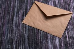牛皮纸信封  情书信封 木背景 3d网络照片回报了社交 图库摄影