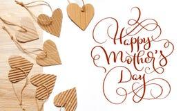牛皮纸和文本愉快的母亲节的心脏美好的框架  书法字法手凹道 免版税库存照片
