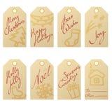 牛皮纸圣诞节礼物的汇集用手拉的假日标志和手写的问候标记 库存图片