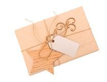 牛皮纸有一个标签的礼物盒在白色背景 库存图片