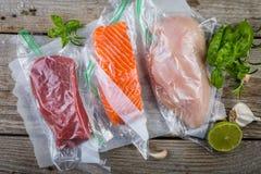 牛肉、鸡和三文鱼在真空塑料袋sous vide烹调的 免版税库存照片