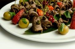 牛肉与芝麻菜和草莓的肉卷 图库摄影