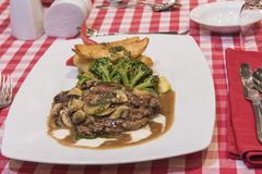 牛肉与蘑菇酱油膳食的里脊肉牛排 免版税图库摄影