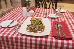 牛肉与蘑菇酱油膳食的里脊肉牛排 免版税库存照片