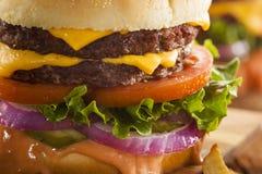 牛肉乳酪汉堡包用莴苣蕃茄 免版税库存图片