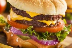 牛肉乳酪汉堡包用莴苣蕃茄 免版税库存照片