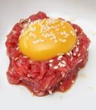 牛肉剁碎的卵黄质 免版税库存照片