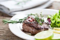 牛肉半生半熟牛排 免版税图库摄影
