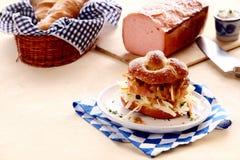 牛肉和猪肉大面包汉堡 免版税库存图片