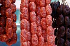牛肉和猪肉香肠各种各样抽烟 免版税库存照片