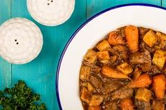 牛肉和红葡萄酒砂锅用烘烤土豆红萝卜和软糊状食物 图库摄影