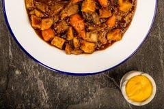 牛肉和红葡萄酒砂锅用烘烤土豆红萝卜和软糊状食物 库存图片