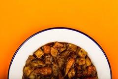 牛肉和红葡萄酒砂锅用烘烤土豆红萝卜和软糊状食物 免版税库存图片