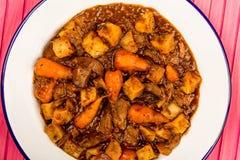 牛肉和红葡萄酒砂锅用烘烤土豆红萝卜和软糊状食物 免版税图库摄影