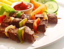 牛肉和胡椒kebabs用西红柿酱 库存图片