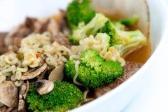 牛肉和菜自创日本拉面 库存照片