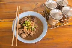 牛肉在木桌上的汤面 免版税库存照片