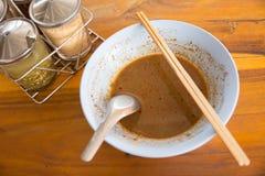牛肉在木桌上的汤面 免版税图库摄影