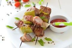 牛肉在板材的烤肉串串 免版税库存照片