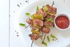 牛肉在板材的烤肉串串 免版税图库摄影