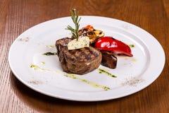 牛肉在白色板材的里脊肉牛排 免版税库存图片