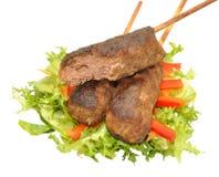牛肉在白色隔绝的Koftas 免版税库存照片