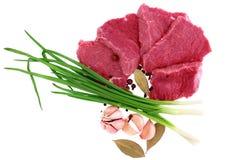 牛肉块与月桂树,葱,大蒜的牛排 库存照片