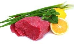 牛肉块与柠檬片式和葱的牛排 免版税图库摄影