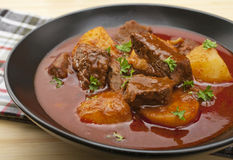 牛肉墩牛肉gulyas匈牙利炖煮的食物 库存图片