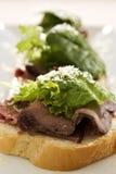 牛肉开放烘烤三明治 库存图片