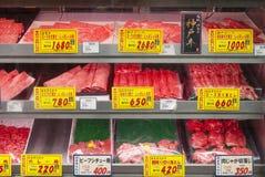 牛肉待售在一个新鲜市场上 免版税图库摄影