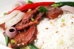 牛肉搅动油煎与蔬菜和米 免版税库存照片