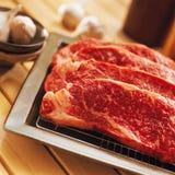 牛肉新鲜的厨房原始的表 库存照片