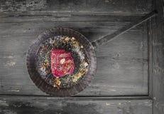 牛肉新鲜的里脊肉牛排在被熔铸的平底锅的 库存图片