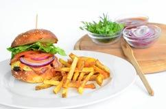 牛肉汉堡包炸薯条葱番茄酱 免版税库存照片