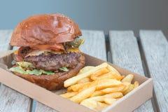 牛肉汉堡和油炸物 免版税库存图片