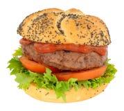 牛肉汉堡用在种子报道的卷的沙拉 免版税库存照片