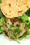 牛肉汉堡美食的草本卷 库存图片