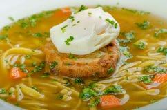 牛肉汤用多士和鸡蛋本尼迪克特 免版税图库摄影