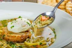 牛肉汤用多士和鸡蛋本尼迪克特 图库摄影