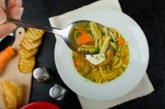 牛肉汤用多士和鸡蛋本尼迪克特 免版税库存图片