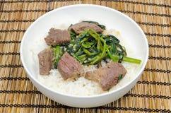 牛肉油煎了菠菜混乱越南人水 免版税库存照片
