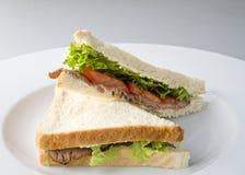 牛肉油煎左三明治 库存照片