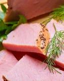 牛肉油煎用香料在有绿色的板材切开了 免版税库存图片