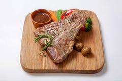 牛肉烤了半生半熟在一个木板 免版税库存图片