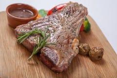 牛肉烤了半生半熟在一个木板 库存照片